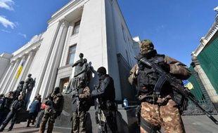 Soldats ukrainiens devant le Parlement le 17 mars 2014 à Kiev