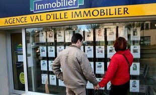 Illustration d'un couple consultant les annonces d'une agence immobilier.