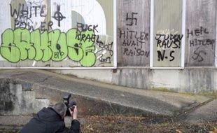 Plusieurs édifices et un mur extérieur du cimetière de Montigny-lès-Metz, en banlieue de Metz, ont été recouverts d'inscriptions nazies et antisémites dans la nuit de mardi à mercredi, a-t-on appris mercredi de source policière.