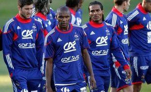 Les Bleus Eric Abidal (au centre) et Florent Malouda (à droite) seraient à la tête de la révolte des joueurs. Le 20 juin 2010