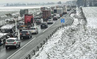 Une portion de l'autoroute A1 à Templemars sous la neige, le 1 er décembre 2017.