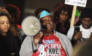 Des manifestants le 12 mars 2015 devant le poste de police à Ferguson