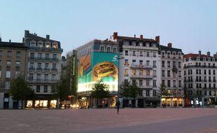 Une publicité installée par Deliveroo au-dessus du Veilleur de pierre à Lyon.