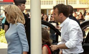 Emmanuel Macron et Brigitte Macron dans les rues du Touquet, le 21 avril 2019, pour le week-end de Pâques.