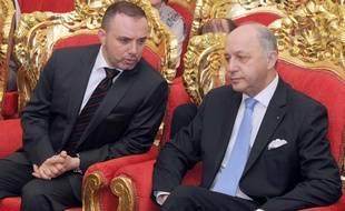 Le ministre français des Affaires étrangères, Laurent Fabius (à droite), en discussion avec  l'ambassadeur français au Koweït, Christian Nakhle, le 27 janvier 2015, lors de l'inauguration d'une une usine de désalinisation à al-Zour, dans le sud de l'émirat.