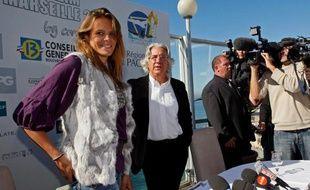 Laure Manaudou, au côté de Paul Leccia, le président du Cercle des nageurs de Marseille, le 6 octobre 2008, lors de son arrivée à Marseille.