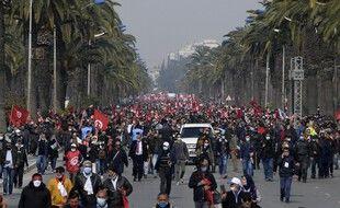 Des milliers de partisans du parti Ennahdha ont défilé à Tunis, le 27 février 2021.