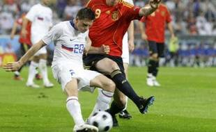 Spain's Fernando Torres (R) challenges Russia's Igor Semshov during their Group D Euro 2008 soccer match at the Tivoli Neu Stadium in Innsbruck, June 10, 2008.