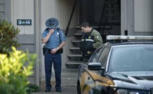 La police, le 2 octobre 2015, au pied de l'immeuble à Roseburg (Oregon) de l'auteur de la fusillade qui a fait 9 morts dans une université
