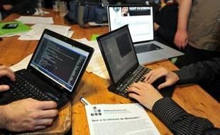Des hackers de l'association Degenerescience association sur le site de WikiLeaks, à Lille le 9 décembre 2010