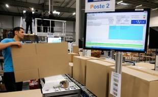 Un employé de Cdiscount prépare des paquets à livrer, à Cestas, dans le sud-ouest de la France, le 14 décembre 2012
