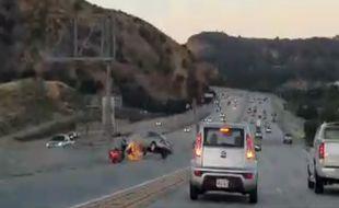 Ce spectaculaire accident s'est déroulé à Santa Clarita, près de Los Angeles (Californie).