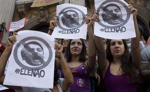 Des milliers de Brésiliennes ont manifesté contre le candidat d'extrême droite à la présidentielle Jair Bolsonaro en scandant