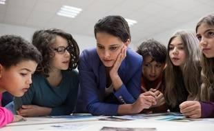 Najat Vallaud-Belkacem participe avec des élèves de 6eme a une classe media au Collège Roland d'Orgeles à Paris en octobre 2016. Credit:Revelli-Beaumont/SIPA.
