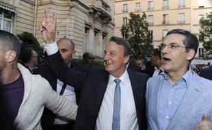 Le candidat du parti Les Républicains Rémi Muzeau (c) en compagnie de Patrick Devedjian (d) après sa victoire à l'élection municipale partielle à Clichy-La-Garenne, le 21 juin 2015