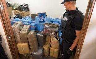 Le Président François Hollande et le ministre des Finances Michel Sapin sont venus féliciter les douaniers après la saisie record de 7,1 tonnes de cannabis en plein coeur de Paris le 18 octobre 2015.