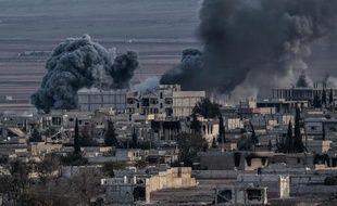 De la fumée s'élève au-dessus de la ville de Kobané, le 9 novembre 2014, en Syrie