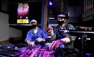 """Ce mercredi à Paris, des disc-jockeys """"mixaient pour protester"""" contre la non-réouverture des discothèques et l'annulation des festivals."""