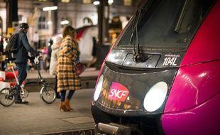 Un train SNCF en gare de Paris-Saint-Lazare.
