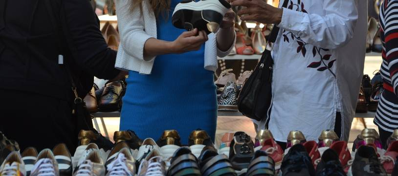 Des clients, devant un magasin de chaussures, à Montpellier (illustration)