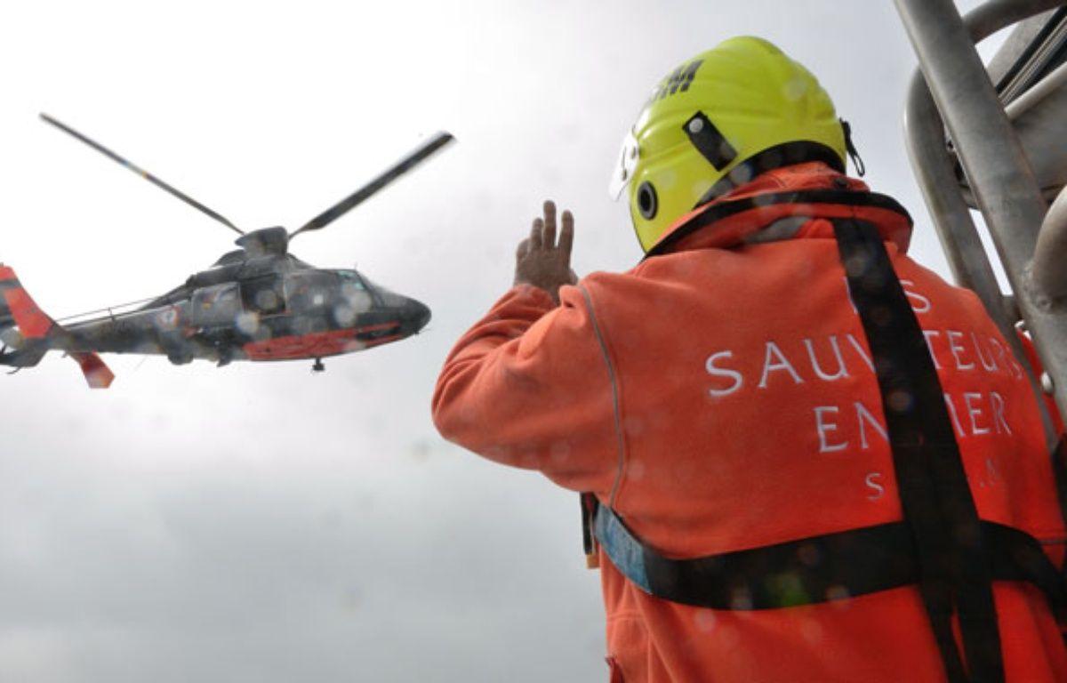 Les sauveteurs de la SNSM en intervention au large de Calais. – DENIS CHARLET / AFP