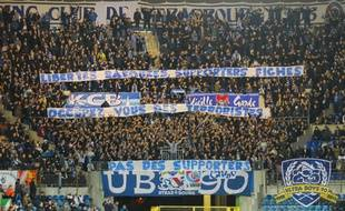 La banderole des UB 90 «Libertés bafouées, supporters fichés, occupez-vous des terroristes: pas des supporters» a été sanctionnée par la Fédération française de football d'une amende de 2.000 euros pour le Racing club de Strasbourg.