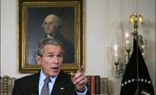 Le président américain George W. Bush s'est employé mardi à ne pas offrir à ses adversaires démocrates la tête d'un deuxième ministre éminent en moins de cinq mois et à ne rien céder des prérogatives attaquées de toutes parts par la nouvelle majorité au Congrès.