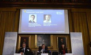 Deux médecins américains, Robert Lefkowitz et Brian Kobilka, ont reçu mercredi le prix Nobel de Chimie 2012 pour leurs travaux sur des récepteurs qui permettent aux cellules de comprendre leur environnement, une percée essentielle pour l'industrie pharmaceutique.