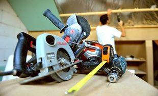 Un homme en train de faire des travaux avec des outils chez lui (Illustration)