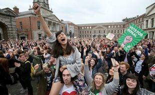 Les partisanes du «Together for yes» laissent éclater leur joie à l'annonce des résultats.