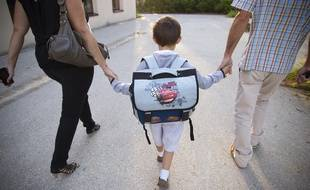 Le 03 aout 2013. Un enfant entouré par ses parents le jour de la rentrée. Photo : V. Wartner / 20 Minutes