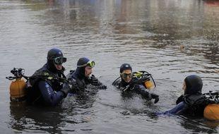 Illustration. Pompiers et gendarmes à la recherche d'un noyé en Octobre 2008 dans l'ILL à Strasbourg