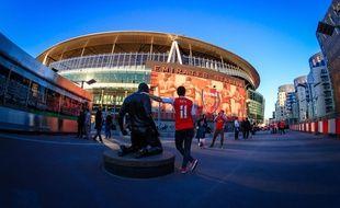 Devant l'Emirates Stadium dans le district d'Islington à Londres.
