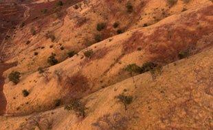 Vue aérienne prise le 12 janvier 2000 d'une montagne dans le désert du Sahel au Burkina Faso