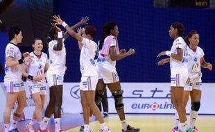 La France a fort bien attaqué l'Euro-2012 dames de handball avec une nette victoire sur la Macédoine (29-16) qui lui a permis d'aiguiser sa défense et de se rassurer sur l'état de forme de ses gardiennes, lors du premier match du tour préliminaire, mardi à Nis (sud).