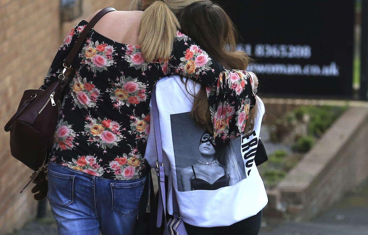 Une adolescente et sa mère près du lieu de l'attentat, le 23/05/2017 à Manchester. AP Photo/Rui Vieira – Rui Vieira/AP/SIPA