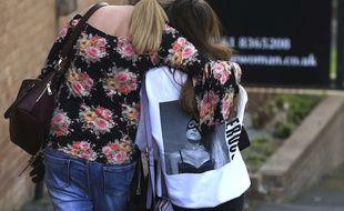 Une adolescente et sa mère près du lieu de l'attentat, le 23/05/2017 à Manchester. AP Photo/Rui Vieira