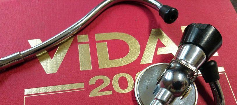 Un Vidal, bible du médicament pour les médecins, et un stéthoscope. (Illustration)