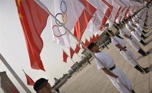 La flamme était arrivée lundi en provenance de Grèce. Le même jour, la Chine a lancé le relais de la torche olympique des jeux de Pékin sur une place Tiananmen fermée au public et hautement sécurisée pour éviter que des manifestations gâchent cette journée historique.