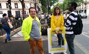 Les militants de Ma voix tractent place de l'Odéon à Paris.
