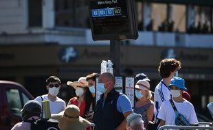 Des personnes masquées attendent le bus à Marseille
