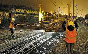 La pose de l'aiguillage a mobilisé une vingtaine d'hommes dans la nuit de mercredi à jeudi. Au total, 29 nouveaux aiguillages sont installés de 2011 à 2013.Au poste de sécurité de Lille-Flandres, 5 agents surveillent les voies la nuit.