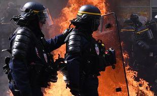 Des CRS devant une barricade en feu, en mai 2019