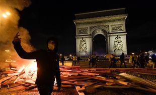Les incidents se sont poursuivis une bonne partie de la soirée aux abords des Champs-Elysées.