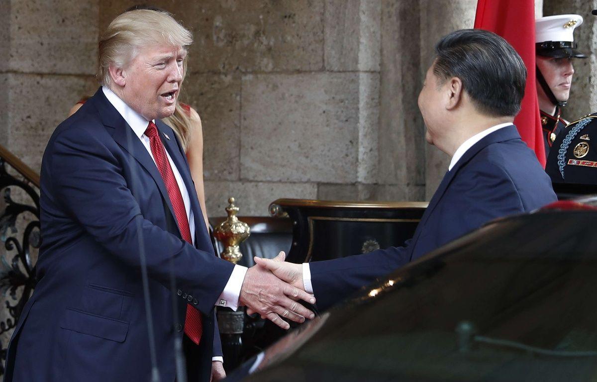 Le président américain Donald Trump serre la main de son homologue chinois Xi Jinping, le 6 avril 2017, à son arrivée pour un dîner au resort de Mar-a-Lago resort, à Palm Beach, en Floride. – Alex Brandon/AP/SIPA
