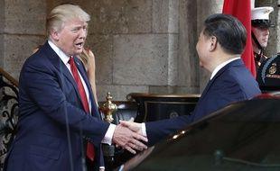 Le président américain Donald Trump serre la main de son homologue chinois Xi Jinping, le 6 avril 2017, à son arrivée pour un dîner au resort de Mar-a-Lago resort, à Palm Beach, en Floride.