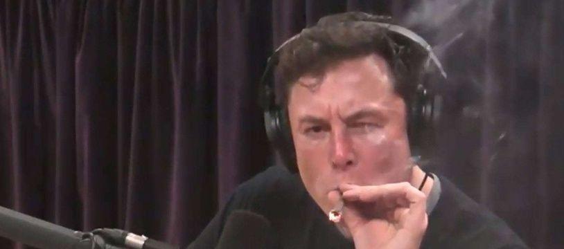 Le patron de Tesla, Elon Musk fume un joint sur le plateau de l'animateur Joe Rogan, en Californie, le 6 septembre 2018.