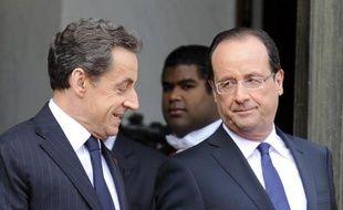 L'ex-président Nicolas Sarkozy (g) et le président François Hollande à L'Elysée le 15 mai 2012 à Paris