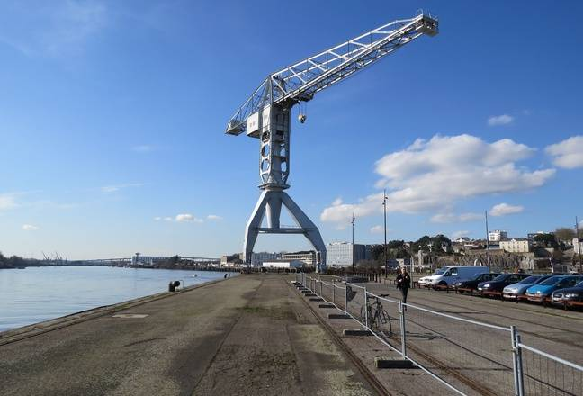 Le quai Wilson et la grue Titan grise sur l'île de Nantes.