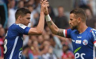 Jonas Martin (à gauche), ici avec Anthony Gonçalves, a inscrit un premier but avec son nouveau club lors de sa première à la Meinau avec le Racing club de Strasbourg.